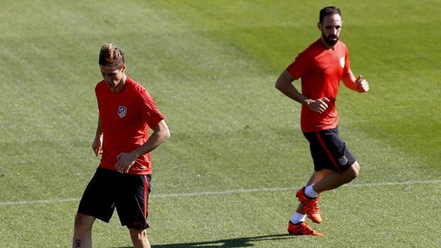 Juanfran, en un entrenamiento del Atlético junto a Fernando Torres