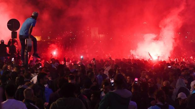 Aficionados del Marsella celebran la clasificación de su equipo para la final de la Europa League