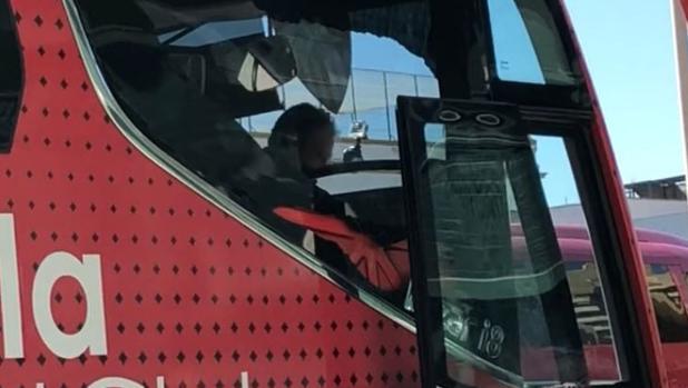La luna rota del autobús del Sevilla a su llegada al estadio Benito Villamarín