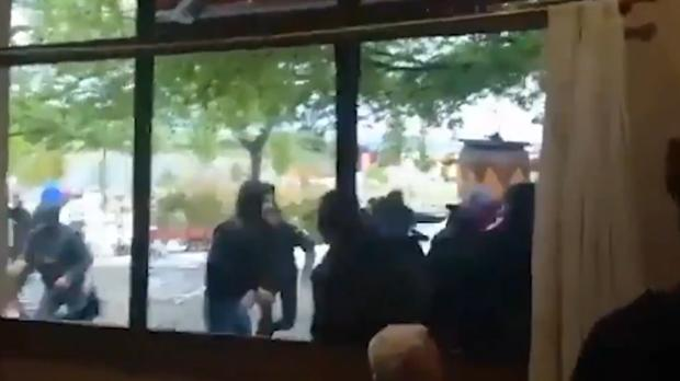 VImagen de los incidentes tomada desde el interior de un bar