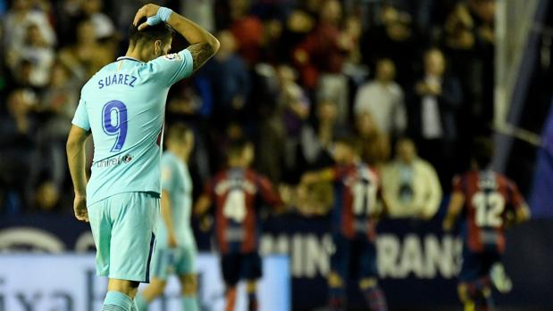 Luis Suárez se lamenta después de uno de los goles del Levante