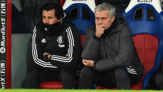 Mourinho y Rui Faría en el banquillo del United