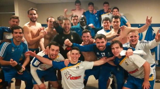 Los jugadores del Burladés celebran la clasificación para el playoff de ascenso a Segunda B