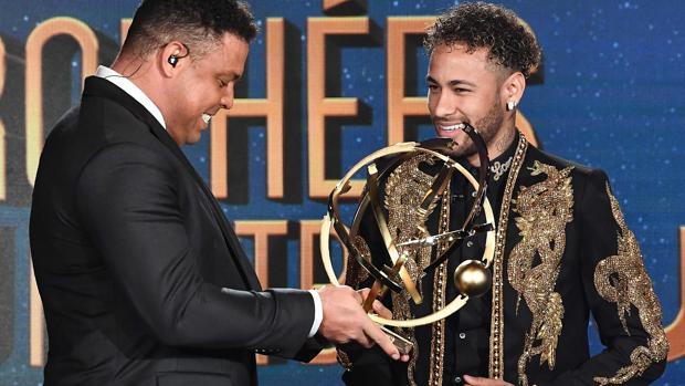 Ronaldo entrega el premio a Neymar