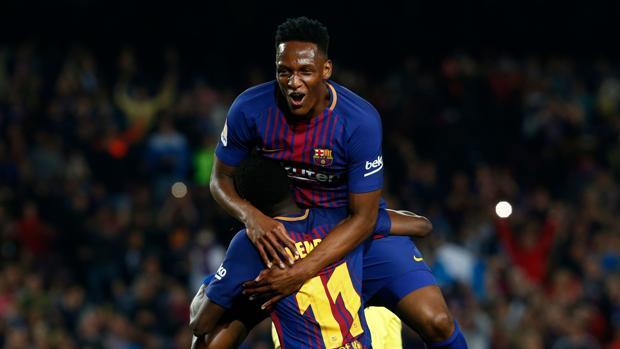 Yerry Mina felicita a Dembélé durante el partido ante el Villarreal