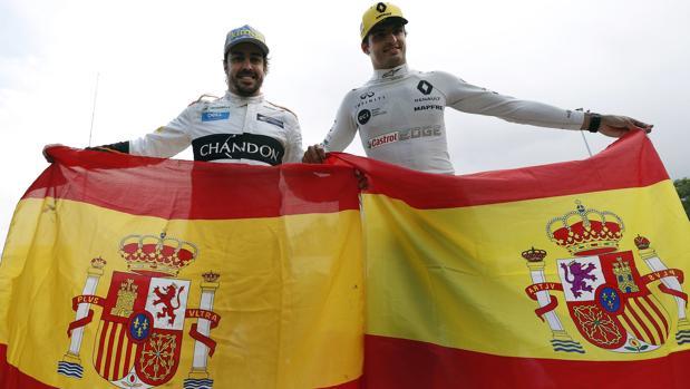 Alonso y Sainz con sendas banderas de España