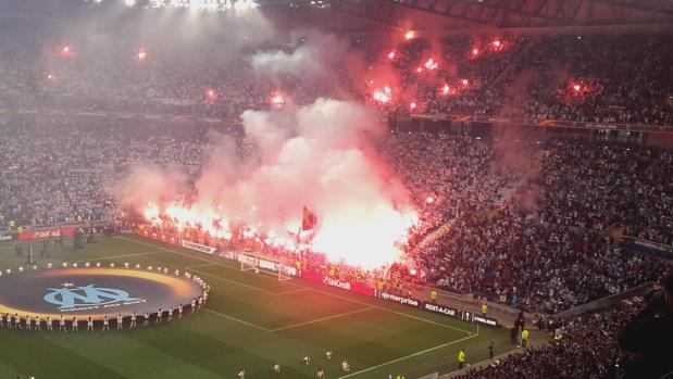 Imagen de las bengalas en el fondo de los ultras del Marsella