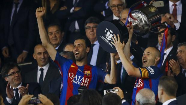 Iniesta y Busquets levantan la Copa del Rey ganada ante el Alavés