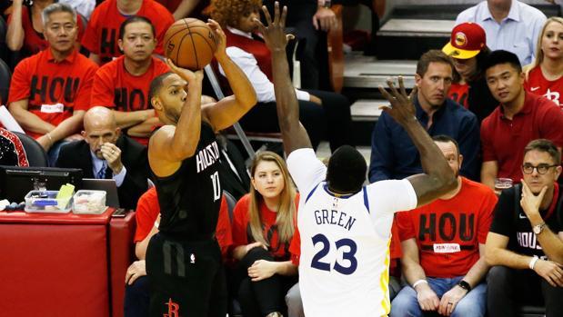 Gordon intenta un triple en el Rockets-Warriors
