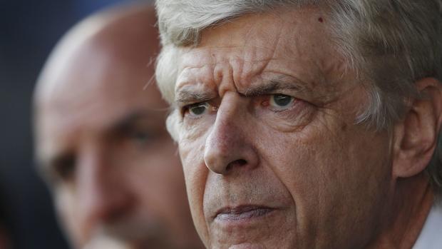 Arsène Wenger en un partido con el Arsenal
