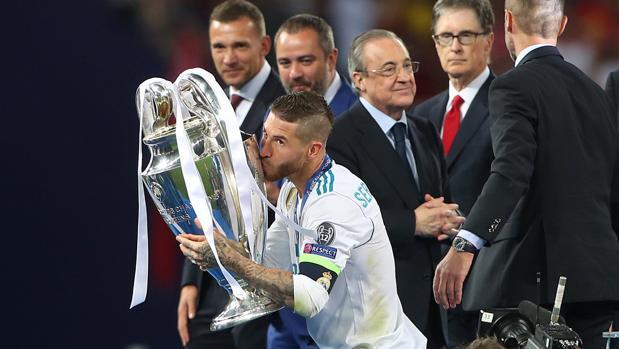 Florentino, tras Ramos mientras el capitán levanta la Copa