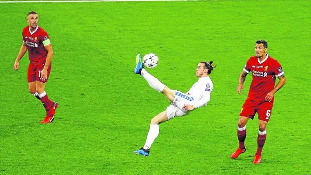 Gareth Bale rematando de chilena en la final de la Champions League contra el Liverpool