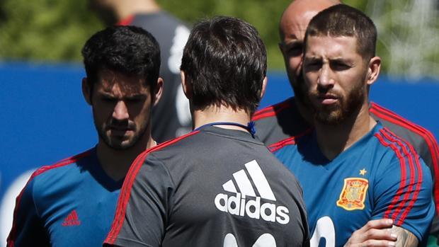 Sergio Ramos, en el entrenamiento del martes junto a Isco y Lopetegui