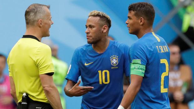 Neymar y Thiago Silva, con el árbitro de su partido ante Costa Rica