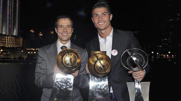 Mendes con su representado Cristiano Ronaldo, en una entrega de premios en Dubai en 2011