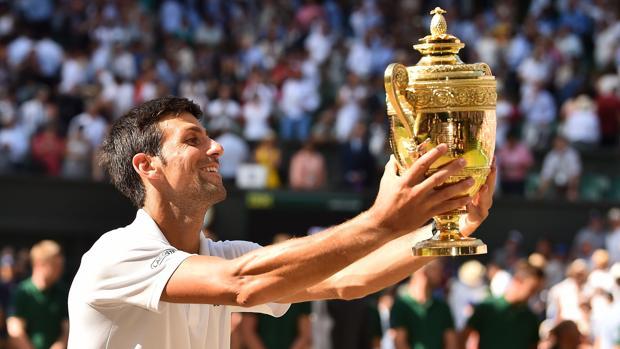 Djokovic le muestra el trofeo a su hijo y su mujer, presentes en el palco