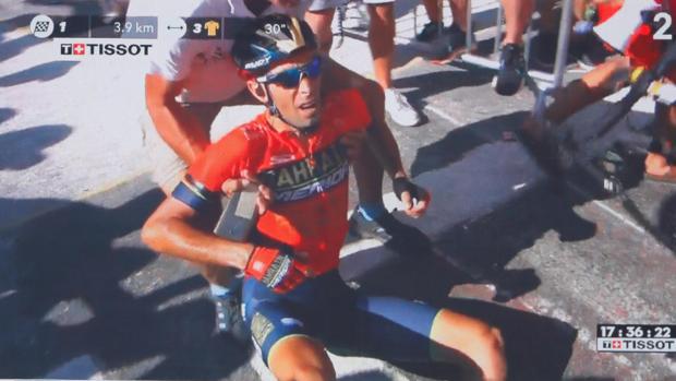Vincenzo Nibali, ayudado tras sufrir una caída durante la dodécima etapa