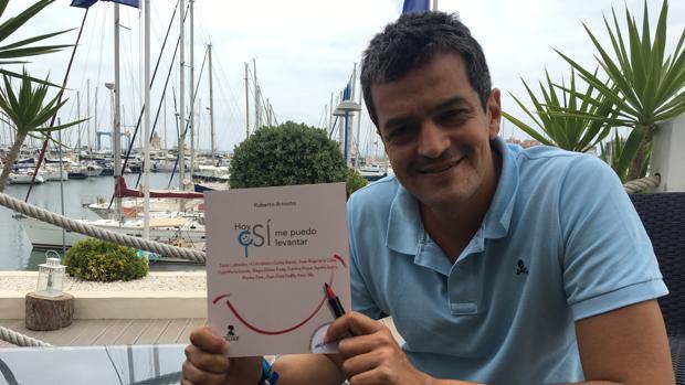 Roberto Arrocha con un ejemplar de «Hoy sí me puedo levantar»