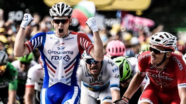 Arnaud Demare celebra su victoria ante la mirada de Christophe Laporte