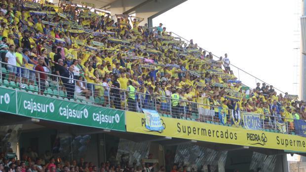 Afición del Cádiz CF en su visita al Nuevo Arcángel de Córdoba.