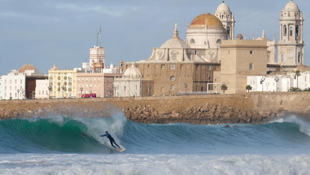 Matthew McManemy coge una ola en la playa de Santa María