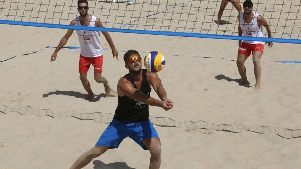 Los jugadores en I Torneo Voley Playa Cádiz CF 2012