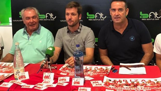 La directiva del CD Ibiza Islas Pitiusas presentando la campaña de socios