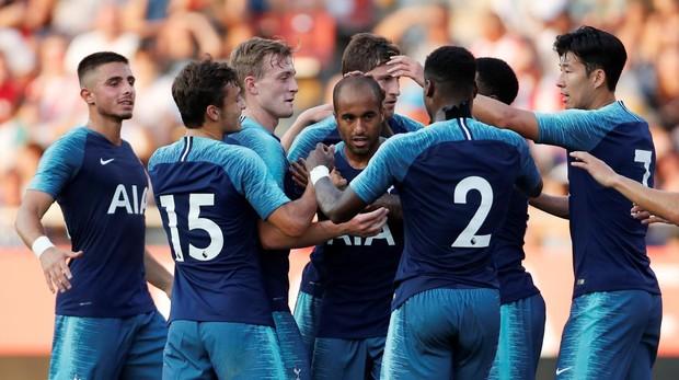 Lucas Moura celebra un gol junto a sus compañeros del Tottenham en un partido de pretemporada