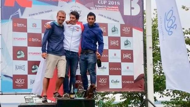 Curro Manchón a la derecha en el podio del Campeonato de Europa