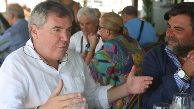Manuel Vizcaíno ha inaugurado las tertulias del Beach Club Potito.