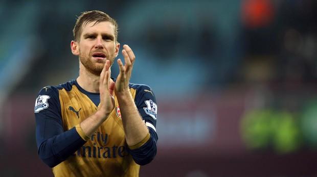 Per Mertesacker aplaudiendo a los aficionados en un partido entre el Aston Villa y el Arsenal en 2015