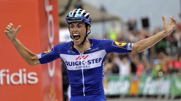 Enric Mas celebrando su triunfo en la etapa reina de la Vuelta a España
