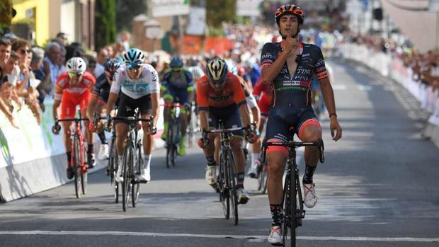 El ciclista trebujenero Juanjo Lobato celebra la victoria en la Coppa Sabatini.