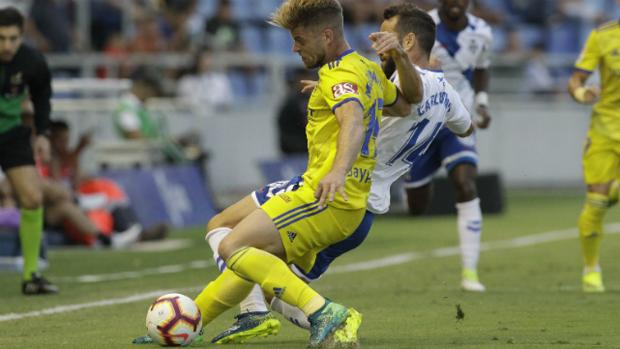 Barco lucha por un balón con el jugador del Tenerife.