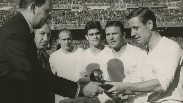 Raylond Kopa recibe el Balón de Oro de manos del representante dde L'Equipe