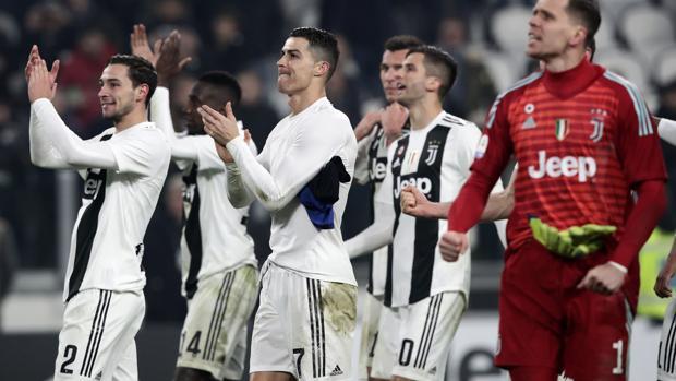 Cristiano y sus compañeros de la Juve celebran una victoria