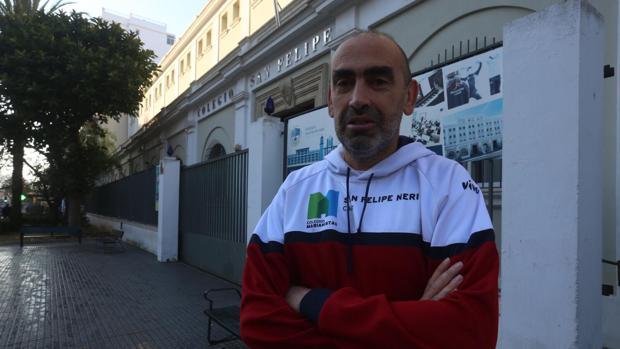 Paco Sanz es uno de los entrenadores más veteranos del colegio San Felipe Neri.
