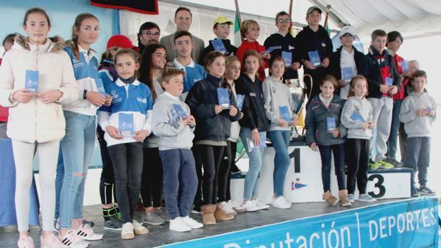 Foto de familia de los campeones de la regata Ciudad de El Puerto.