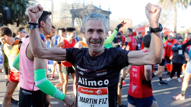 Martín Fiz celebra en meta su récord mundial de 10 kilómetros para mayores de 55 años
