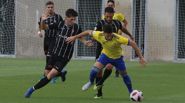 El chiclanero Alberto Reina (izquierda), con el Ceuta en El Rosal esta temporada.