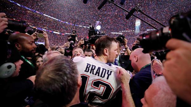 Tom Brady, felicitado entre una nube de cámaras después de su sexto título con los Patriots