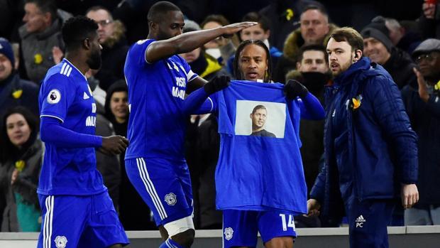 Homenaje de los jugadores del Cardiff a Sala