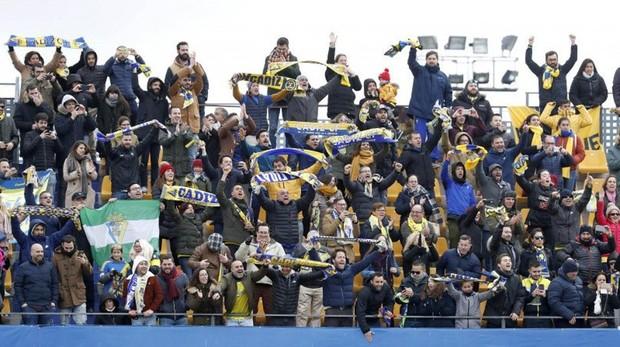 Seguidores del Cádiz, en el partido contra el Alcorcón en Madrid