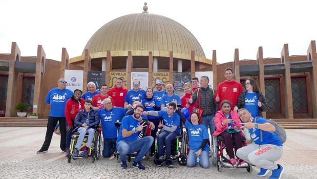 El Equipo Zurich-Aefat y el City Sightseeing Running Team, juntos a las puertas de la feria del corredor del Zurich Maratón de Sevilla en Fibes