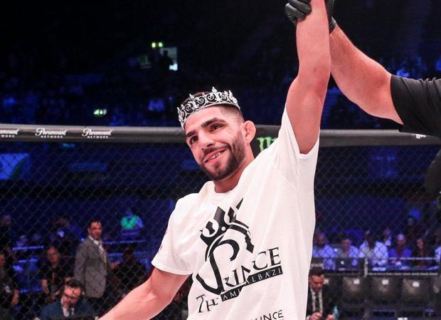 Un árbitro levanta el brazo del joven iraquí Amir Albazi para señalar su triunfo en Bellator