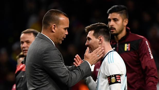 Dudamel saluda a Messi al término del partido disputado en el Wanda Metropolitano