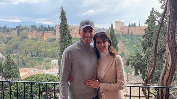 Zidane, junto a su mujer Veronique, con la Alhambra de fondo