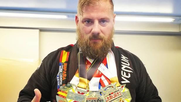 Eliseo García posa con todas las medallas que ha conseguido.