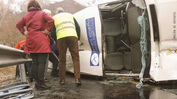 El vehículo volcado en el que viajaban los jugadores del Garmat de Aviles, equipo de baloncesto adaptado