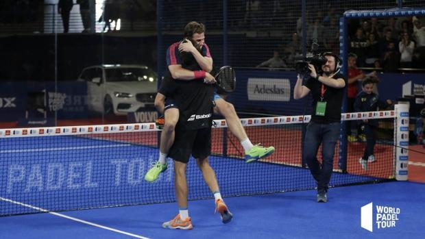Lebrón y Navarro se abrazan tras ganar a Bela y Lima.